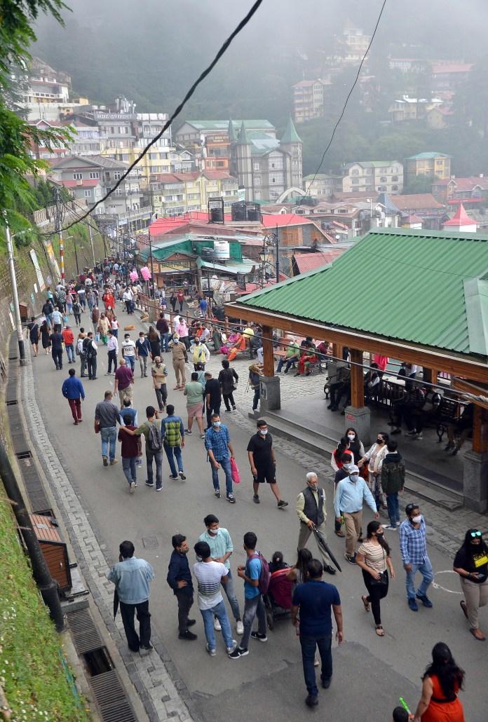 शिमला के मॉल रोड में मौसम का लुत्फ उठाते लोग।