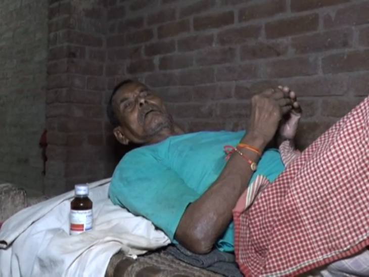 An elderly man suffering from fever is undergoing treatment.