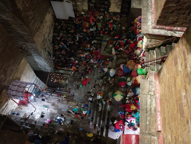 After 1 o'clock on Saturday night, devotees gathered in Lolark Kund for bath and worship.