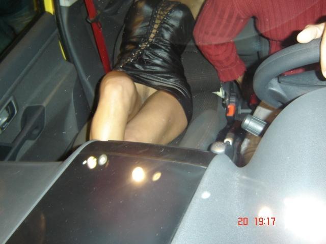 Une htesse sans culotte dans un Salon automobile