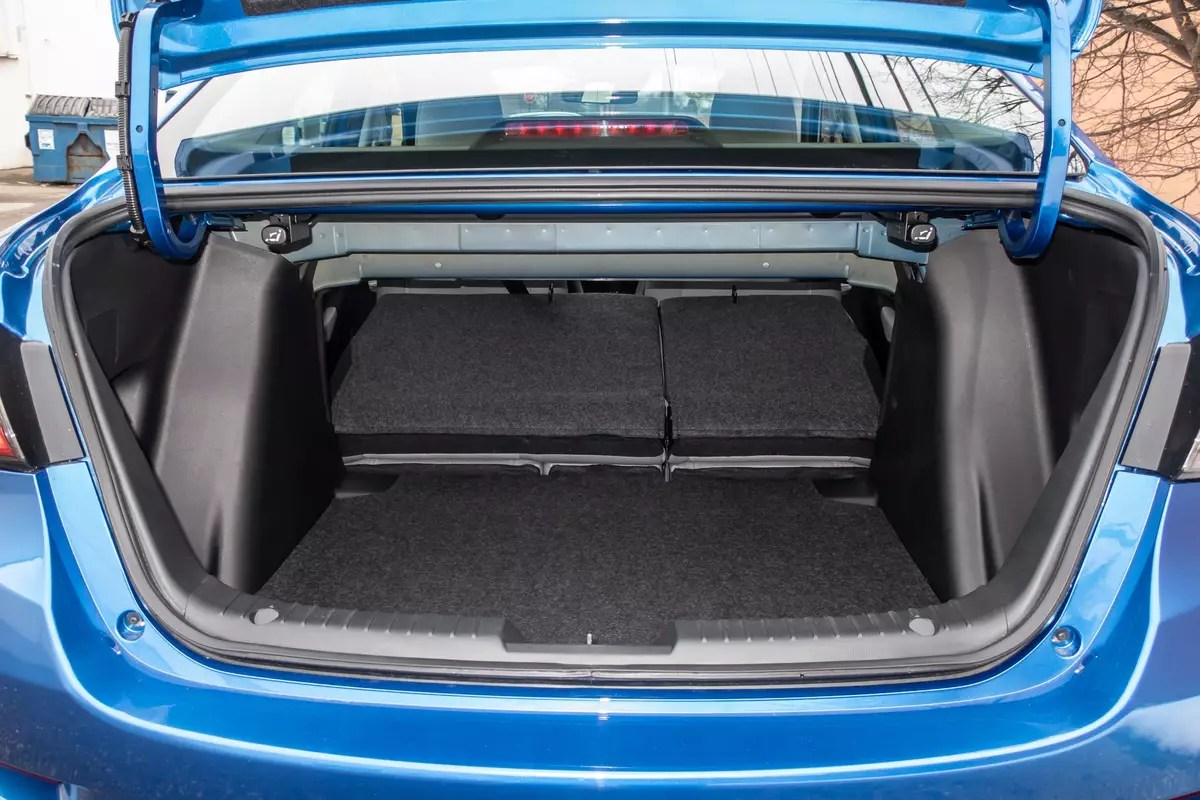 toyota-yaris-2020-31-folding-seats--interior--trunk.jpg