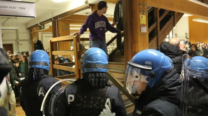 Bologna, ancora scontri e cariche
