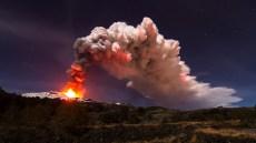 Colonna di cenere verso i paesi alle pendici del vulcano nel 2014.