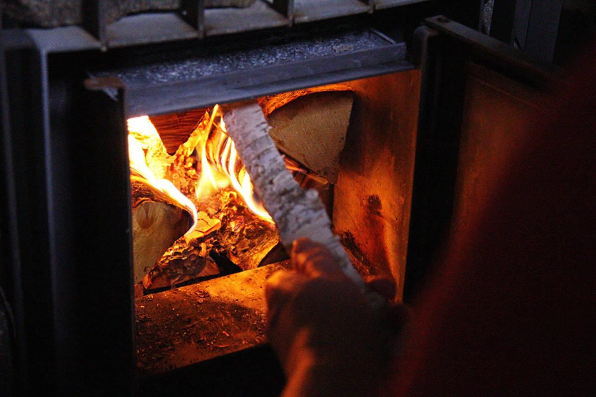 Saunan kiuasta lämmitetään.