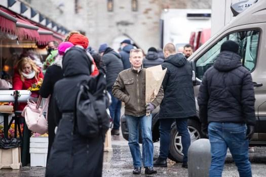 Asiakkaat ostavat kukkia Tallinnan Viru-kadulla kansainvälisenä naistenpäivänä 8. maaliskuuta