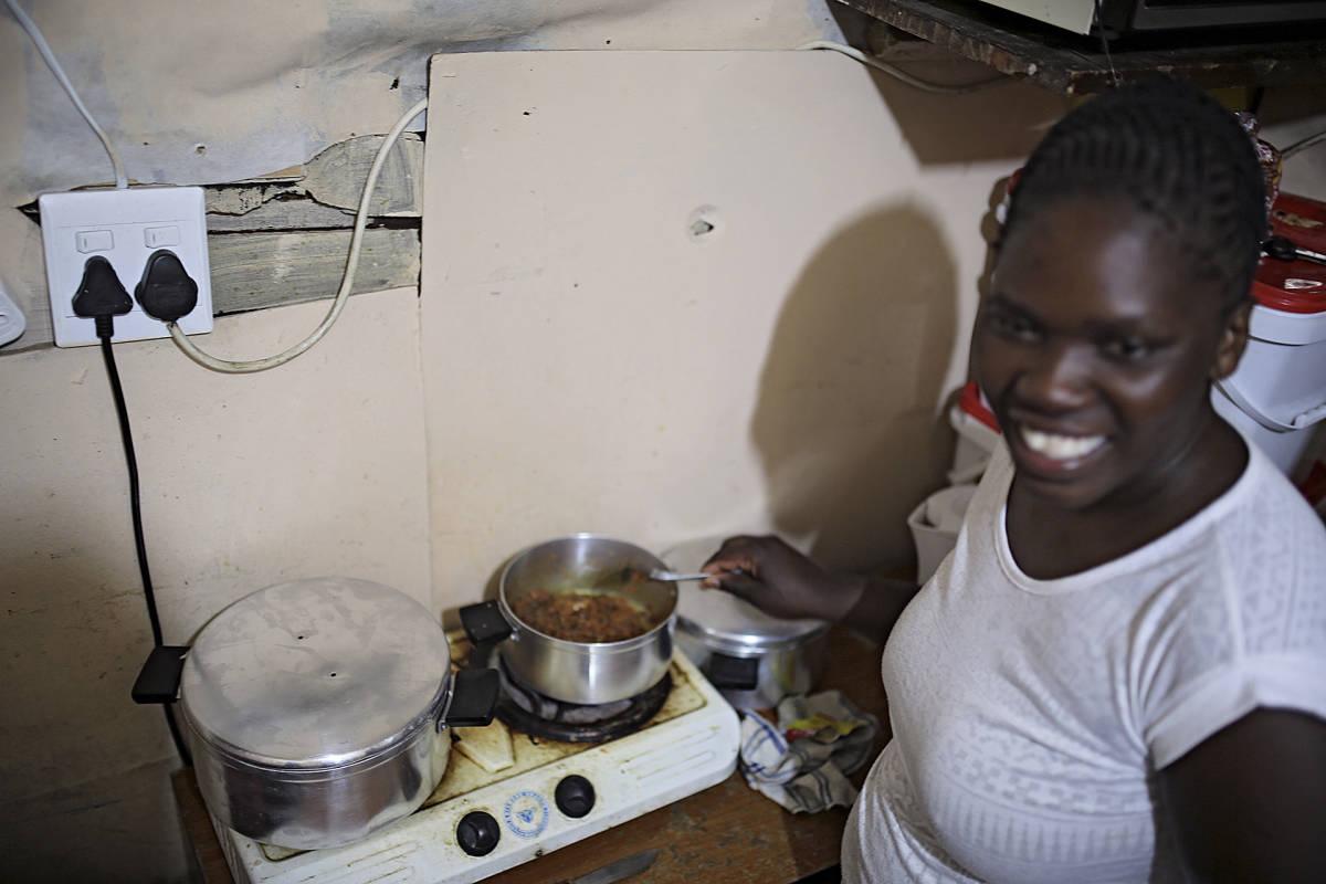 Nainen valmistaa ruokaa.