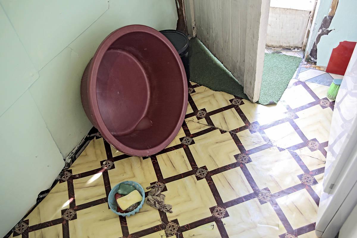 pesuvati suihkun lattialla