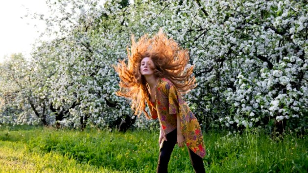 Anni Elif Egecioglu framför äppelträd