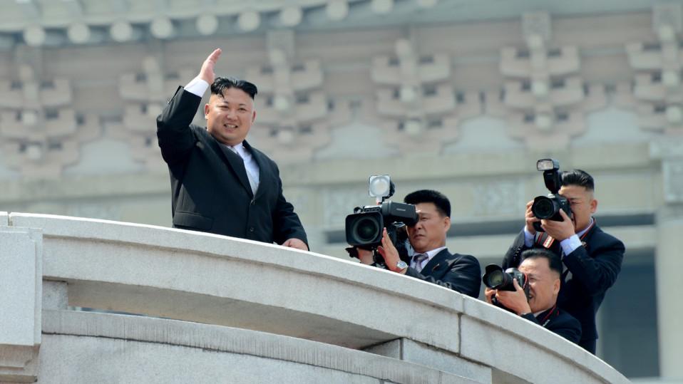 Kim Jong-un vilkuttaa