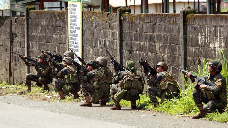 hallituksen sotilaita asemissa.
