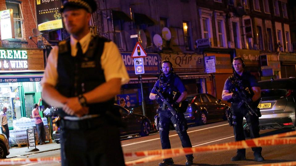 Poliisiviranomaiset vartioivat katua Finsbury Parkin moskeijan lähistöllä Lontoossa, jossa isku tapahtui 19. kesäkuuta.