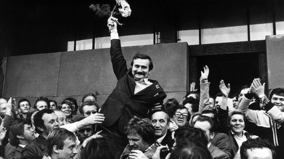 Väkijoukko kannattelee Lech Walesaa