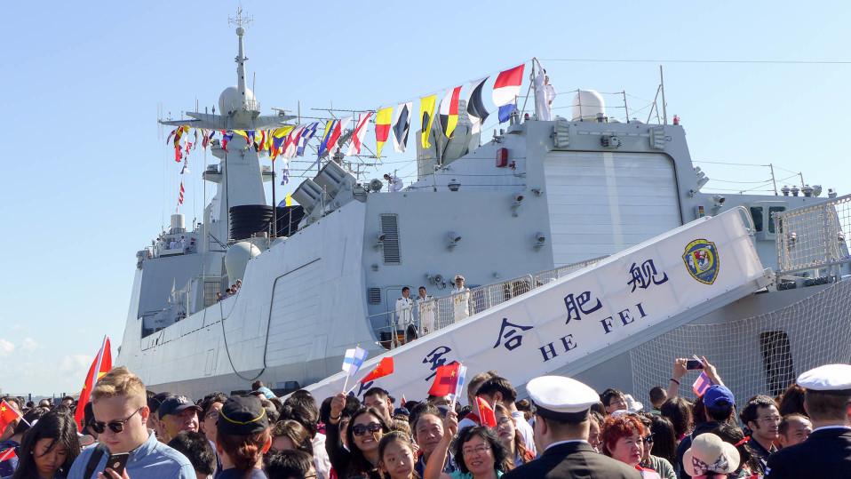 sotalaiva ja iloista yleisöä