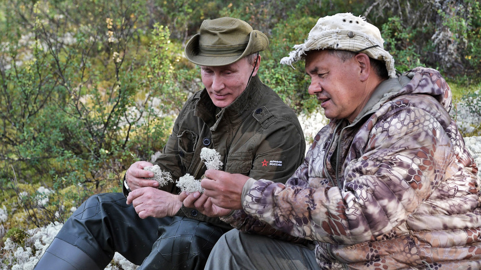 Putin ja Venäjän puolustusministeri Sergei Shoigu tutkivat jäkäliä ja sieniä.
