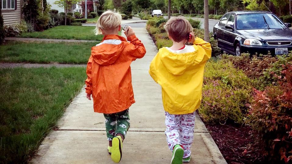 lapset kävelevät kännykät korvillaan.