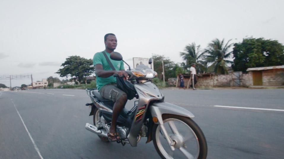 Mies ajaa moottoripyörällä Beninissä.