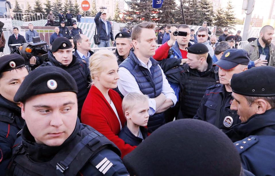 Aleksei Navalnyi perheineen poliisien piirittämänä.