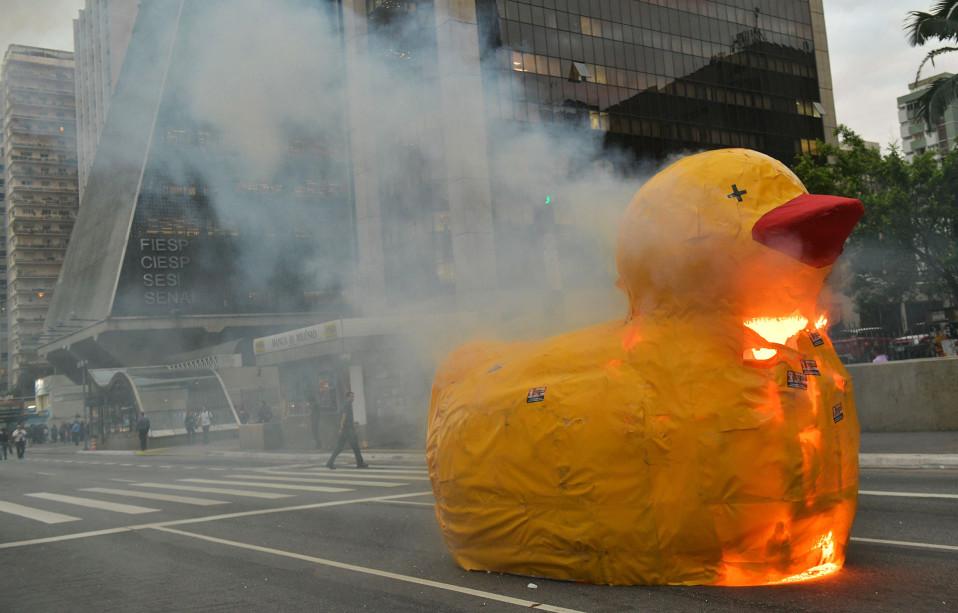 Mielenosoittajat polttivat suuren paperiankan vastustaessaan työ- ja elkäkeuudistuksia São Paulossa, Brasiliassa 1. heinäkuuta.