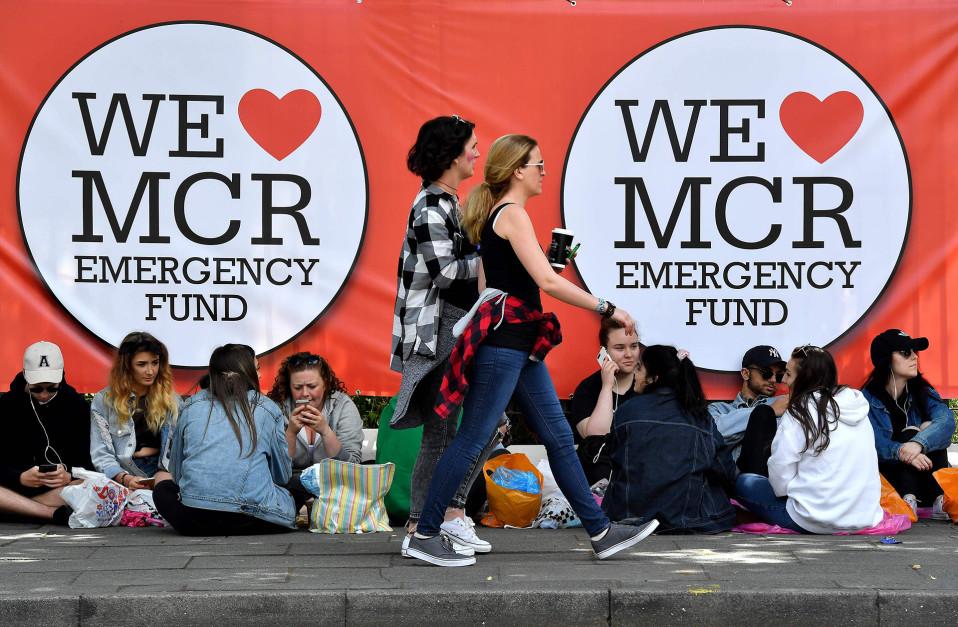 Ihmiset jonottivat Ariana Granden hyväntekeväisyyskonserttiin Manchesterissa 4. kesäkuuta.