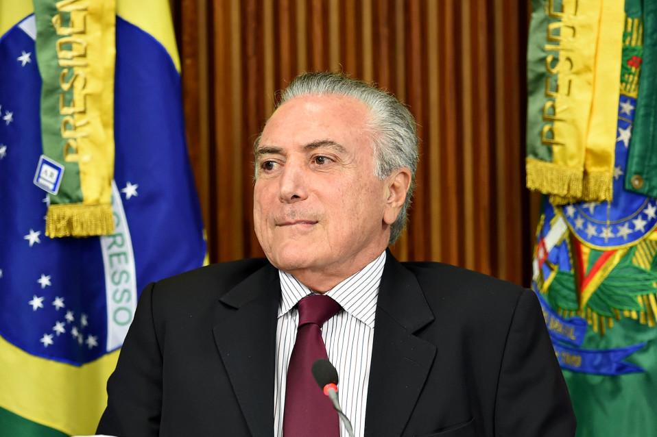 Brasilian presidentti Michel Temer on mietteliään näköinen.