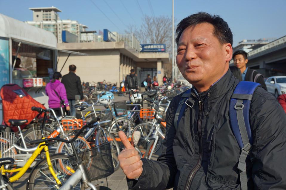 Hu Aiguo ajaisi mielummin vuokrapyörällä vaikka se maksaisi yhtä paljon kuin bussilippu.