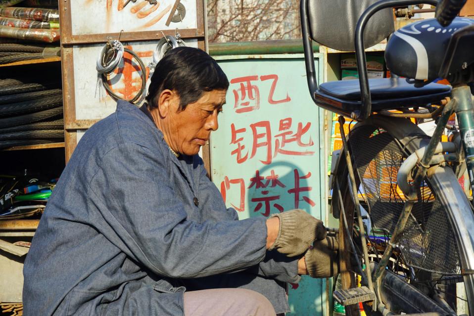 Pyöräkorjaaja Wangin mielestä pyöriä jätetään holtittomasti hujan hajan, myös ovien eteen (vaihtoehtoinen kuva)