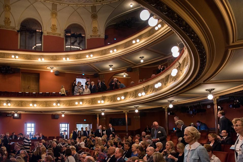 Yleisöä saapumassa kansallisteattarin katsomoon.