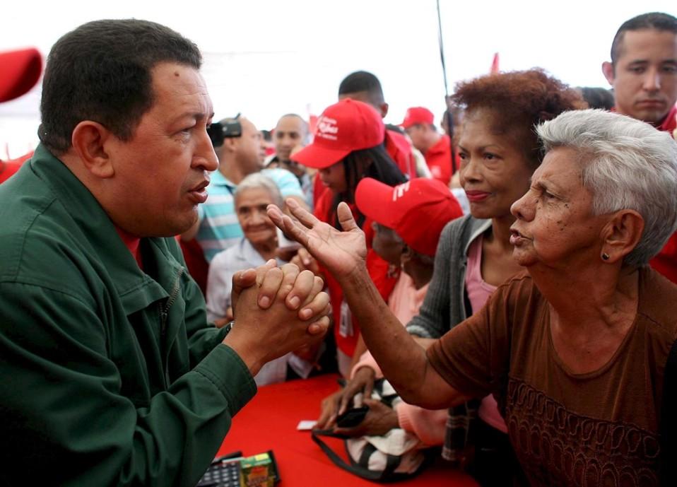 Venezuelan entinen presidentti Hugo Chavez tapasi kansalaisia uuden valtiollisen ruokamerkin lanseeraustilaisuudessa vuonna 2008.