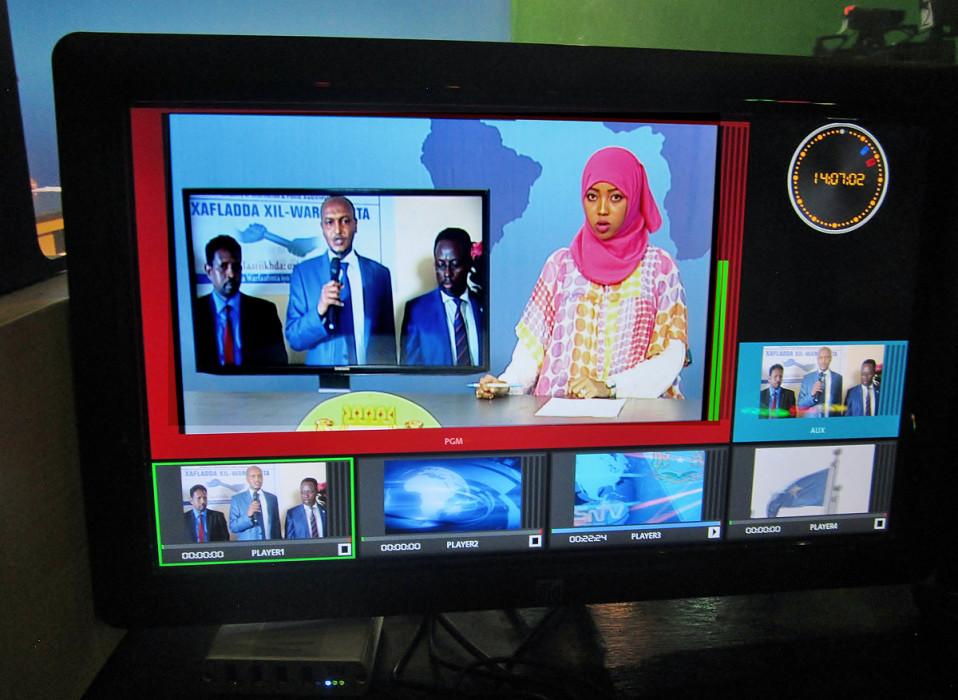 Monitori SNTV:n uutisstudiossa.