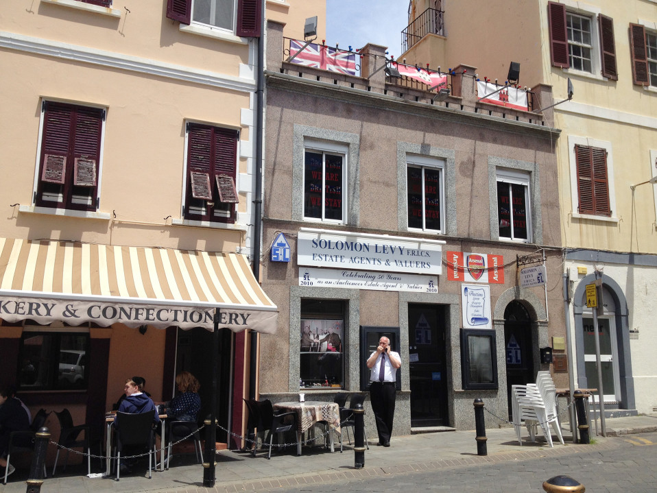 Gibraltarin väestö on sekoitus eri kulttuureita. Alueella asuu muun muassa monia juutalaisia.