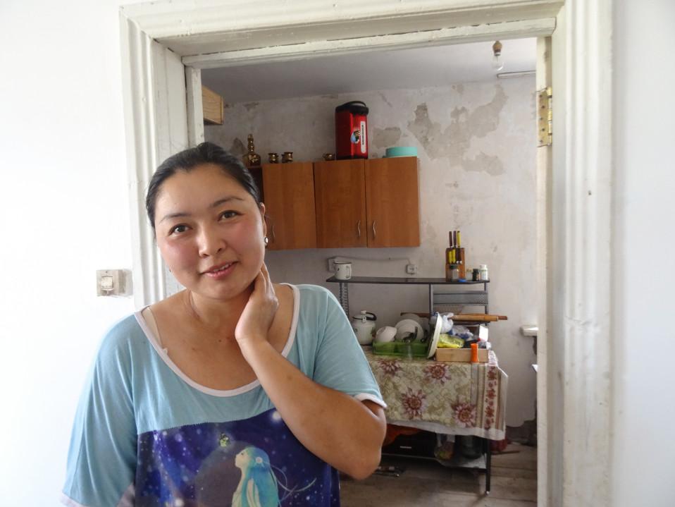 Damira Aitymbetova korjaa perheen talon tulvavahinkoja.