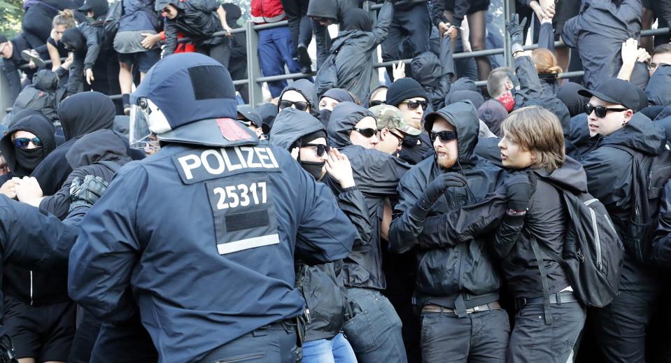 Mielenosoittajia ja poliiseja Hampurissa torstaina 6. heinäkuuta.