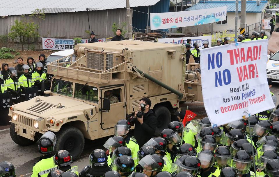 Kuljetusauto ja mielenosoittajia