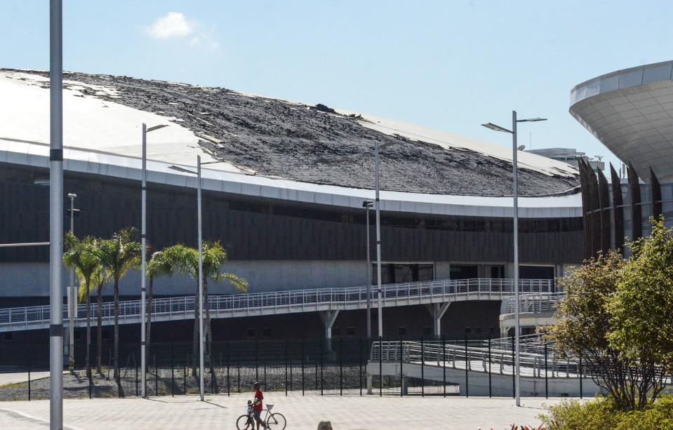 Rion olympialaisia varten rakennettu pyöräilystadion tulipalon jäljiltä, joka tuhosi osan rakennuksen kattoa 30. heinäkuuta.