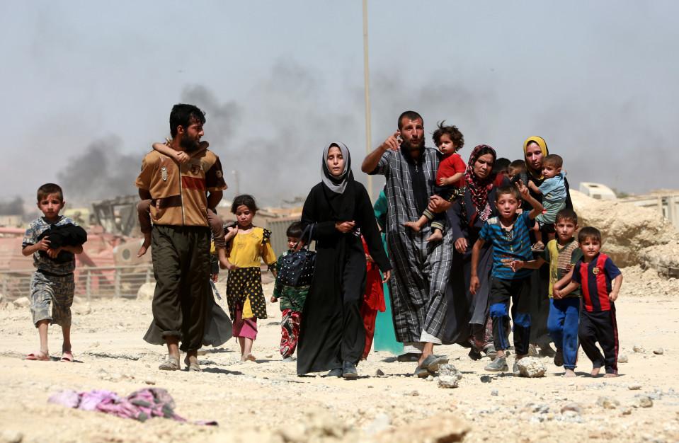 Ihmisiä saapumassa turvaan Zanjilin alueelta Mosulin länsiosista toukokuun 30. päivänä.