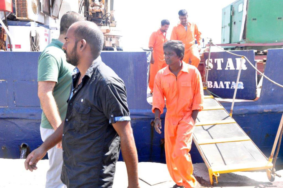 C-Starin miehistöä poistumassa laivasta Famagustassa.