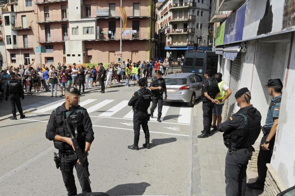 Turvallisuusjoukkojen jäseniä seisomassa vartiossa asuintalon edessä.