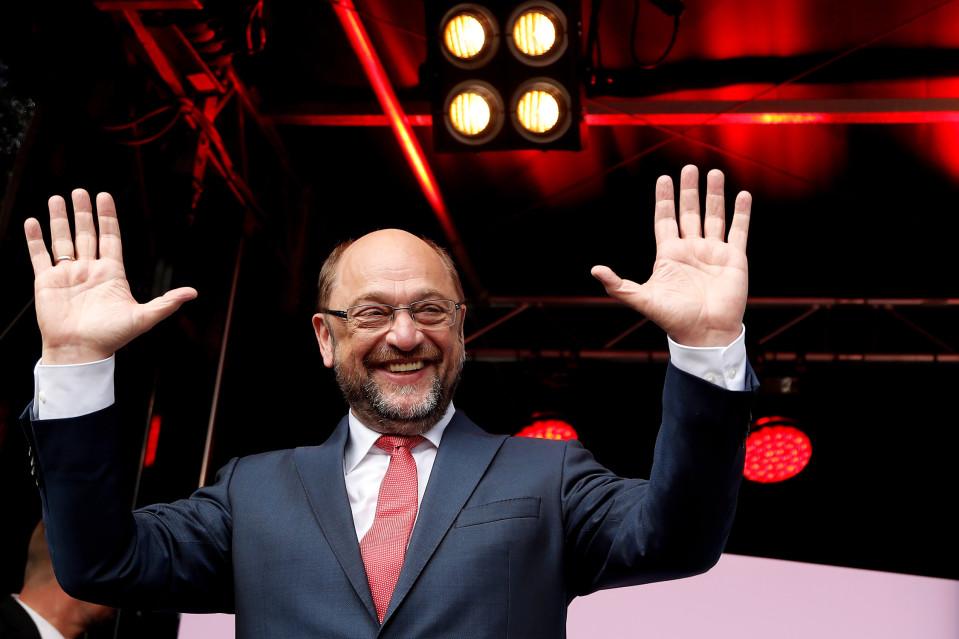 Riemuitseva SPD-johtaja Martin Schulz