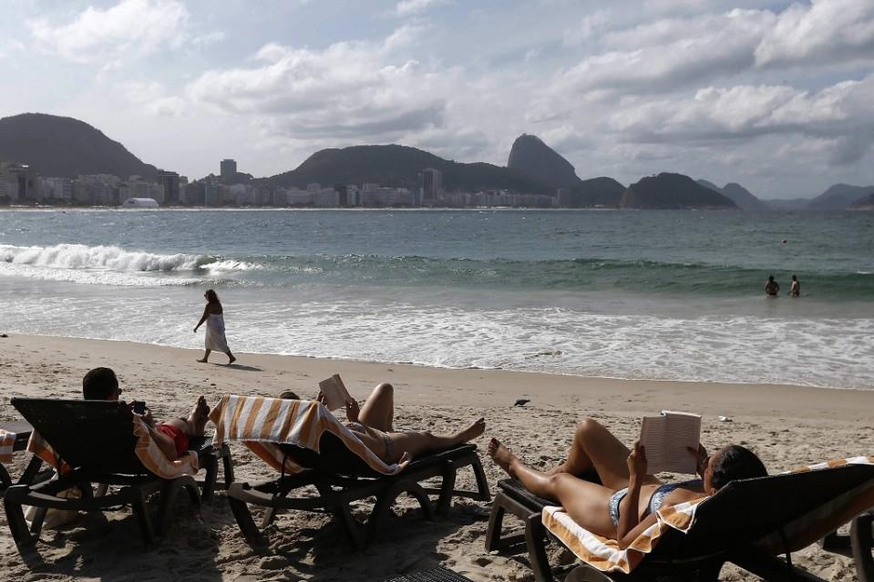 Turisteja Copacabanan rannalla.