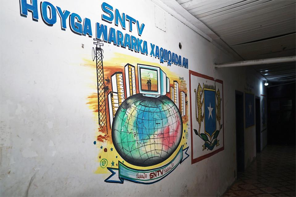 SNTV:n käytävälle on maalattu tv-kanavan logo.