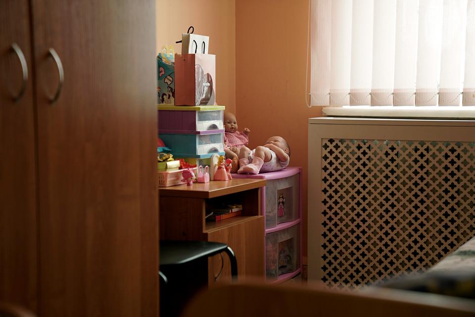 Makuuhuone jossa leluja.