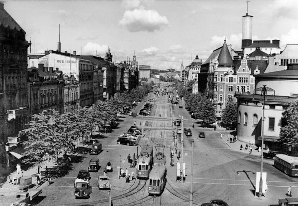 Mannerheimintien alkupäätä. Oikealla Ruotsalainen teatteri. Mannerheimintie 1, 2, 4, 6, 8 - Eteläesplanadi 9