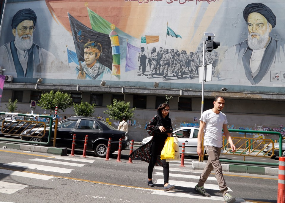 Iranin korkeimman johtajan, ajatolla Ali Khamenein ja hänen edeltäkänsä Ruhollah Khomeinin kuvat