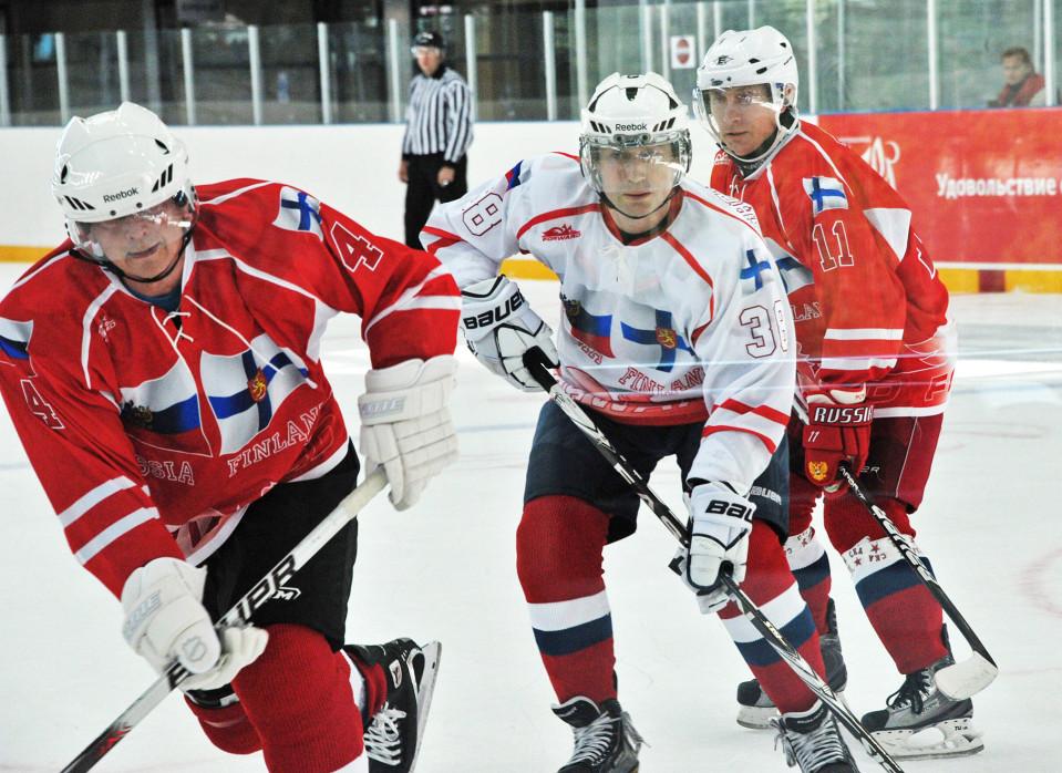 Presidentit Sauli Niinistö (vas.) ja Vladimir Putin (oik.) pelaavat jääkiekkoa.
