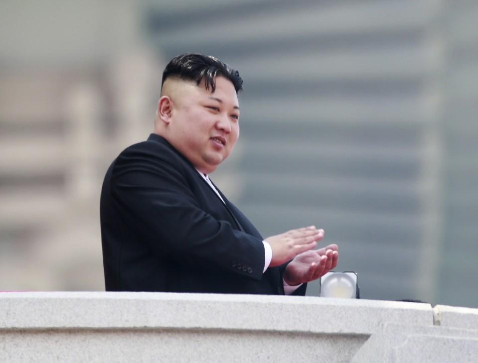 Pohjois-Korean johtaja Kim Jong-un seurasi sotilasparaatia Pjongjangissa huhtikuussa 2017