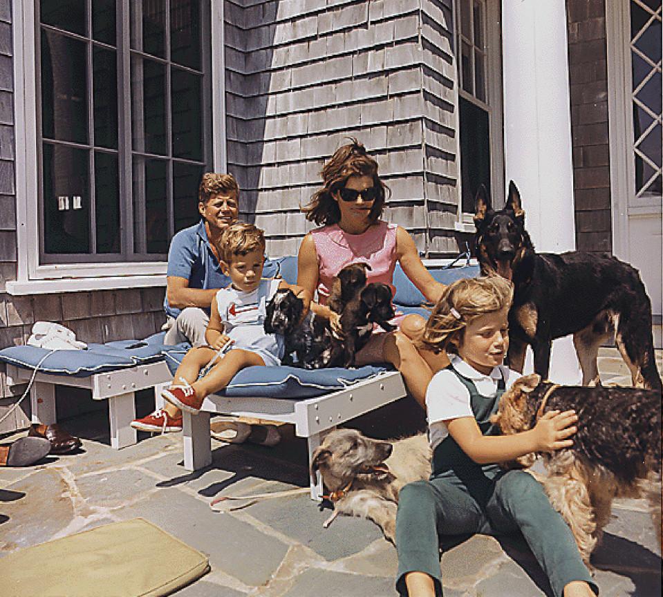 John F. Kennedy perheineen Hyannisportissa 1963.