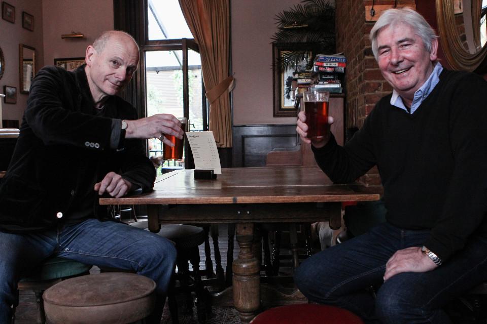Mighael Tighy (oik.) iloitsee Chesham Armsin uudelleen avaamisesta. Hän on ollut pubin asiakas jo jo 30 vuoden ajan. David Grey (vas.) pelkää, että ihmiset juovat kotonaan jos naapuruston pubit sulkevat ovensa.