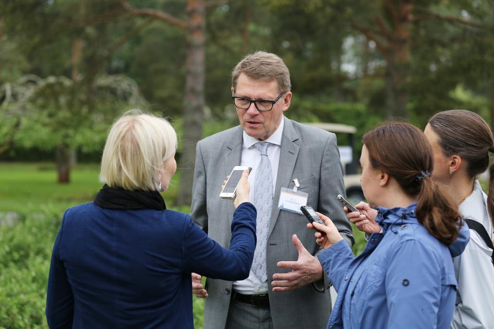 Matti Vanhanen toimittajien haastattelussa Kultarannassa maanantaina.