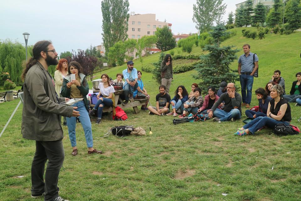 Katuakateemikkojen luentoa on tullut kuuntelemaan esimerkiksi irtisanottujen luennoitsijoiden entisiä oppilaita.