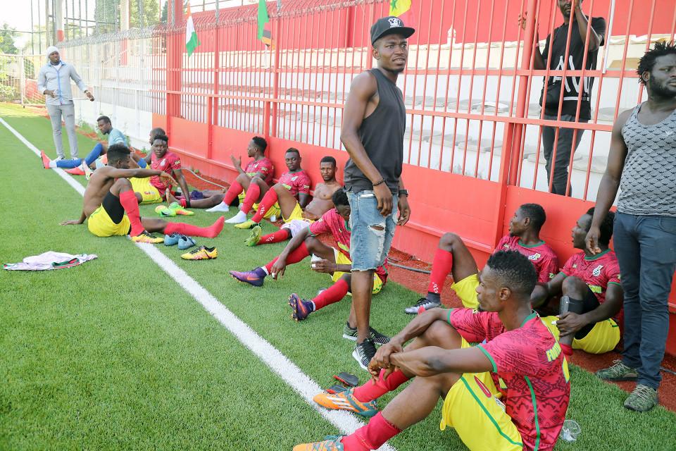 Ghanalaiset jalkapallonpelaajat pitävät taukoa.
